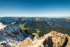 Tiroler Zugsptizebahn - Die Zugspitze ist mit 2.962 m der höchste Berg Deutschlands und einer der Parade- Aussichtsberge der Alpen. Bei gutem Wetter genießt man den 4-Länder-Fernblick in die Zwei- und Dreitausender (und den einzigen Viertausender) der Ostalpen. Direkt auf den Gipfel gelangt man von Ehrwald aus mit der modernen Tiroler Zugspitzbahn. Bereits die Auffahrt in den 100-Personen fassenden Panorama-Kabinen ist ein Erlebnis. Nahezu lautlos gleitet man den Berg empor und überwindet…