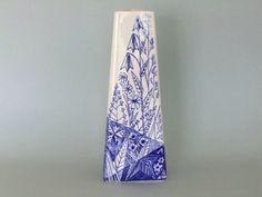 Lars Thorén für Rörstrand Schweden handgefertigten dreieckige Vase TRIANGLA Blaue Glocke Gänseblümchen Wiese Mitte Jahrhundert modernistischen Nordic skandinavischen design