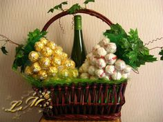 Weinreben (Rocher/Raffaello) - Best Do It Yourself (DIY) Ideas 2019 Homemade Gifts, Diy Gifts, Chocolate Flowers Bouquet, Decoration Photo, Gift Wrapping Bows, Sweet Trees, Edible Crafts, Candy Crafts, Candy Bouquet