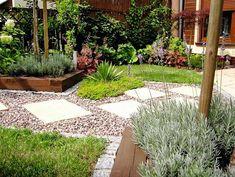 Projekty ogrodów: mały duży ogród. Widok z trawnika ku narożnikowi - jedna ze skośnych osi widokowych