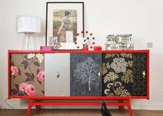 Как обновить старый шкаф с помощью обоев