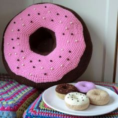 Vallegurumi: Almohada donut gigante en amigurumi Who wouldn't want a doughnut pillow? Crochet Food, Crochet For Kids, Crochet Crafts, Free Crochet, Crochet Cushion Cover, Crochet Cushions, Crochet Pillow, Knitting Projects, Crochet Projects