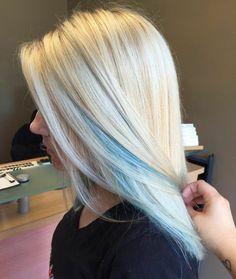 blonde Haare mit blauen Strähnen, langes und glattes Haar, coole Ideen für Damenfrisuren