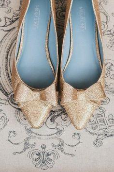 Zapatos de boda de oro espumosos