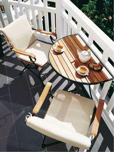 Petit espace—Notre balcon est minuscule? Pas de problème: on y installe une table rabattable, pour pouvoir maximiser l'espace et quand même manger à l'extérieur.