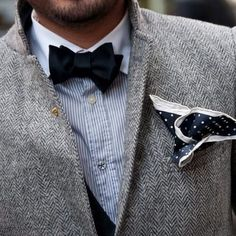 The latest gentleman style at Punk Monsieur. A range of gentleman accessories including elegant bow ties, intriguing braces and chic hats. Take a look. Dapper Gentleman, Modern Gentleman, Gentleman Style, Sharp Dressed Man, Well Dressed Men, Look Formal, Black Bow Tie, Blue Bow, Blue Grey