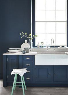 <p>La marque Little Greene vous propose de jouer avec la couleur avec un ton sur ton tout à fait réussi. Dans cette cuisine toute bleue, on aime que la même couleur se pose sur les...