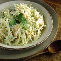 Receta de Ensalada de repollo y manzana - 1/2 kilo de repollo; o un repollo pequeño - 2 manzanas - 1 limón - 50 ml vinagre de módena - 150 ml aceite de oliva - 1 cucharada de mostaza de dijon - 50 g de nueces - sal - 4 brotes de perejil (decorar)
