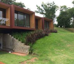Projeto moderno e natureza presente em todos os ambientes da casa.