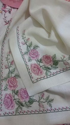 Masa örtüsü Embroidery Stitches, Embroidery Designs, Cross Stitch Rose, Cross Stitch Designs, Home Textile, Bargello, Projects To Try, Textiles, Knitting