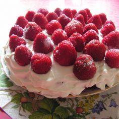 Mansikkakakku. Tavallinen kakku, johon tulee kermavaahto-mansikkakuorrutus.