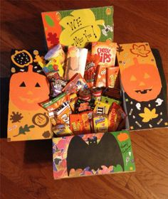 College girls & boys alike LOVE receiving a care package from family. A little bit of thought can go a long way, especially during the holidays. Here are 19 fun & spooky Halloween care package ideas for college students! Halloween Snacks, Halloween Gift Baskets, Halloween Gifts, Fall Halloween, Halloween College, Halloween Costumes, Presents For Boyfriend, Boyfriend Gifts, Boyfriend Ideas