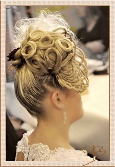 Many people believe that there is a magical formula for home decoration. You do things… Burlesque Hair, Up Hairstyles, Open House, Her Hair, Blouses For Women, Competition, Hair Beauty, Bun Bun, People