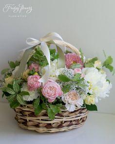 Fresh garden flower basket. Корзина из свежих цветов.