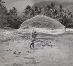 Fisherman with thrownet, Pointe des Pêcheurs, Tahiti 1962, from TAHITI, Tahitian glimpses, by Erwin Christian, www.keaeditions.com