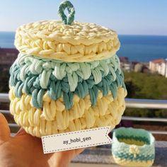 DIY - 14 Cestos de fio de malha com tampa Vestidos Bebe Crochet, Origami, Crochet Hooks, Crochet Baskets, T Shirt Yarn, Crochet Flowers, Shapes, Embroidery, Stitch