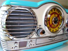 retro radio.....not quite the jukebox i truly want, but oh so fabulous anyhow.