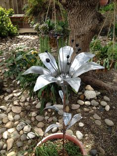 Metal sculpture of a Lilly flower