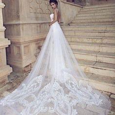 Abiti da sposa con strascico e velo lungo