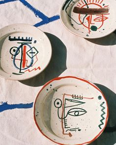 If you are looking for a cheap and creative way to add color and life into your interior, then look no further than ceramic plates. Rather than turning to expensive art pieces and portraits, you ca… Ceramic Tableware, Ceramic Clay, Ceramic Pottery, Pottery Painting, Ceramic Painting, Painted Ceramics, Artsy, Illustration, Handmade