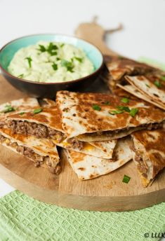 Quesadilla's met gehakt en avocado dip - (LEKKER!) Quesdadilla's met gehakt en avocado dip - Quesadillas, Avocado Dip, Pub Food, Carne Picada, Good Foods To Eat, Snacks Für Party, Mediterranean Recipes, I Love Food, Mexican Food Recipes