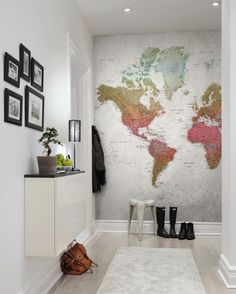 Against a rougher background and in courser paper, all the world's countries shine in the clear colours of the rainbow. This world map mural was created in 2010 and the countries are tightly, tightly listed – as befit a school atlas. Kids Wall Murals, Murals For Kids, Hallway Decorating, Decorating Your Home, Papier Paint, World Map Mural, Map Wallpaper, Wall Maps, Wall Colors