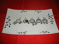 Ce plat de forme originale avec ses bords relevés (25 cm x 15 cm) est en porcelaine, il représente des chouettes perchées sur une branche. Les objets sont de qualité alimentai - 19715289