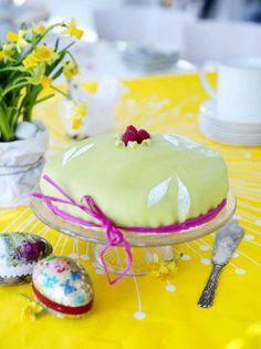En lite annorlunda prinsesstårta med mangofyllning, vilket kändes trevligt till påsken. Mangopuré finns på barnmatshyllan. Gelésocker finns på sockerhyllan, det är ett strösocker med gelatin i, så att moussen stelnar lite.