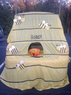 Easy Trunk or Treat! Easy Trunk or Treat! Holidays Halloween, Halloween Kids, Halloween Treats, Halloween Party, Halloween Maze, Trunk Or Treat, Fashion Kids, Halloween Car Decorations, Fall Carnival