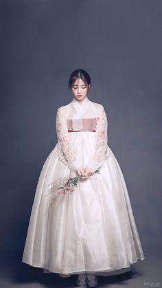 Korean Hanbok, Korean Dress, Korean Outfits, Korean Traditional Dress, Traditional Fashion, Traditional Dresses, Oriental Fashion, Asian Fashion, Hanbok Wedding