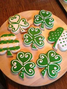 St Patrick's Day is around the corner, and people love to party and celebrate. As part of my holiday cookie obsession here are decorated cookies for St. Cookies are the best des St Patrick's Day Cookies, Cut Out Cookies, Cute Cookies, Holiday Cookies, Cupcake Cookies, Leaf Cookies, Summer Cookies, Cookie Favors, Baby Cookies