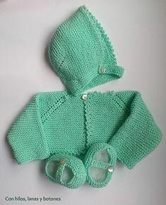 Con hilos, lanas y botones: DIY cómo hacer una chaqueta a punto bobo para bebé paso a paso (patrón gratis) Knitted Baby Cardigan, Crochet Baby Booties, Knitted Hats, Knit Crochet, Crochet Hats, Knitting For Kids, Free Knitting, Knitting Projects, Baby Knitting