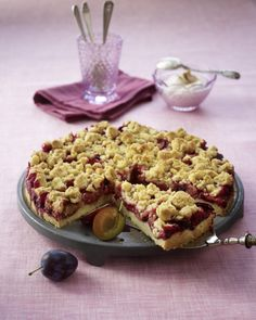 Plum cake with cinnamon crumble- Pflaumenkuchen mit Zimtstreuseln Plum cake with cinnamon crumble recipe - Baking Recipes, Cake Recipes, Dessert Recipes, Crumb Recipe, German Baking, Cinnamon Crumble, Sprinkles Recipe, Delicious Desserts, Yummy Food