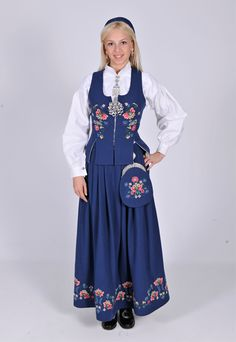 Romsdalsbunad - Ny, sydd til dine mål Denmark Culture, Norwegian Clothing, Norwegian Wedding, Frozen Costume, Scandinavian Fashion, Folk Costume, Toddler Dress, Traditional Dresses, Halloween