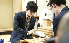 棋界を超えて旋風を巻き起こす藤井聡太四段。29連勝の記録に加え、中学生と思えない落ちつきぶりも話題となっているが、彼はいったいどこまで伸びるのか。史上最強中学生棋士の素顔に迫った新刊『天才 藤井聡太』…