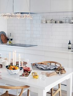 (The shelves are creeping into contemporary design, too) NIB Hjemme magazine, the kitchen of Linn Vikra Heimtun of Home by Linn Kitchen Board, New Kitchen, Kitchen Dining, Kitchen Decor, Kitchen White, Kitchen Tiles, Kitchen Island, Cocina Office, Inspiration Design