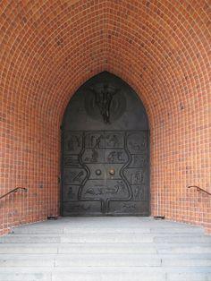 Haupteingang der Marktkirche mit Bronzetür von 1959.