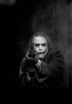 Rare photo Heath Ledger as The Joker in Batman: The Dark Knight Heath Ledger Joker, Le Joker Batman, Harley Quinn Et Le Joker, Gotham Batman, Batman Art, Batman Robin, Photos Joker, Comic Book Characters, Comic Books