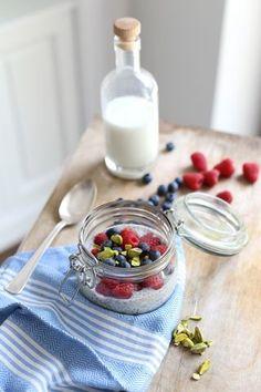 Mleczna owsianka z nasionami chia i owocami (Make Cooking Easier)
