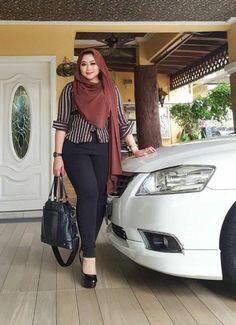 O my God , how sweet of you . Beautiful Muslim Women, Beautiful Hijab, Beautiful Asian Girls, Arab Girls Hijab, Muslim Girls, Casual Hijab Outfit, Hijab Chic, Hijabi Girl, Girl Hijab