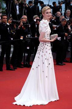 Elizabeth Debicki con vestido blanco de manga abullonada con cola y flores bordadas firmado por Giambattista Valli Couture.