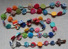 Lindos terços de mini fuxicos, decorados com pérolas e com um delicado crucifixo. Super coloridos!    Cada peça é única!