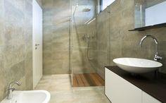 inloopdouche met een onzichtbare bak die afgewerkt is met tropisch hardhout op hetzelfde niveau van de vloer.