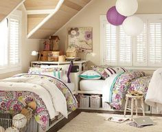 Et hop, une lampe violette ! http://www.giesendesign.com/stock/awesome-room-decoration-ideas-for-teenage-girls-with-two-bedroom.jpg