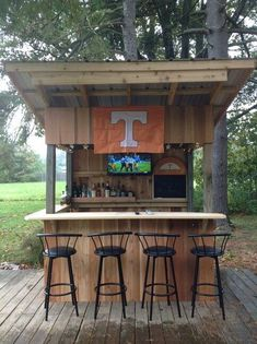 Awesome Outdoor Bar Setup for Friends Gathering. Being confused decorating your porch or backyard? Surely you want outdoor bar setup in the terrace or backyard of the house so it can be a fun gatheri. Bar Patio, Deck Bar, Outdoor Patio Bar, Outdoor Kitchen Bars, Backyard Bar, Outdoor Kitchen Design, Outdoor Bars, Outdoor Island, Kitchen Modern