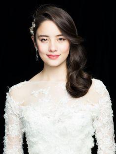 フェイスラインで大きくうねるようなボリュームが、華オーラ満点のアシメトリーなダウンヘア。口もとはローズピンクのグロスルージュを、目もとにもシ... Bride Makeup, Wedding Hair And Makeup, Hair Makeup, Bridal Hair Roses, Wedding Make Up, Wedding Bride, Wedding Dresses, Asian Bridal Makeup, Asian Makeup