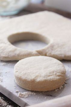 Cream Biscuits (Tutorial) Learn how to make Sour Cream Biscuits from scratch with this simple step-by-step tutorial!Learn how to make Sour Cream Biscuits from scratch with this simple step-by-step tutorial! Make Sour Cream, Homemade Sour Cream, Sour Cream Pound Cake, Recipes With Sour Cream, Sour Cream Biscuits, Tea Biscuits, Homemade Biscuits, Mayonaise Biscuits, Sour Cream Scones