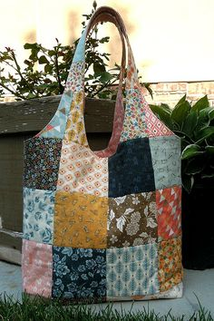 This Charming Bag is Reversible - Quilting Digest Quilted Tote Bags, Patchwork Bags, Reusable Tote Bags, Fabric Handbags, Fabric Bags, Bag Patterns To Sew, Handbag Patterns, Denim Bag, Purses And Bags