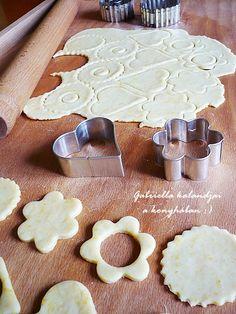 Gabriella kalandjai a konyhában :): Linzer - Anyukám receptje szerint Diy, Tasty Food Recipes, Bricolage, Do It Yourself, Homemade, Diys, Crafting