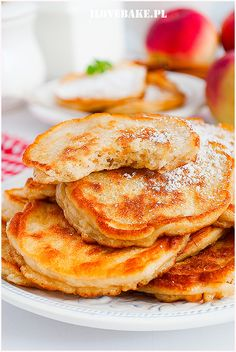 Placki z jabłkiem na jogurcie greckim - I Love Bake Breakfast Snacks, Sweet Breakfast, Vegetarian Recipes, Pancakes, Grilling, Lunch Box, Food And Drink, Veggies, Cooking